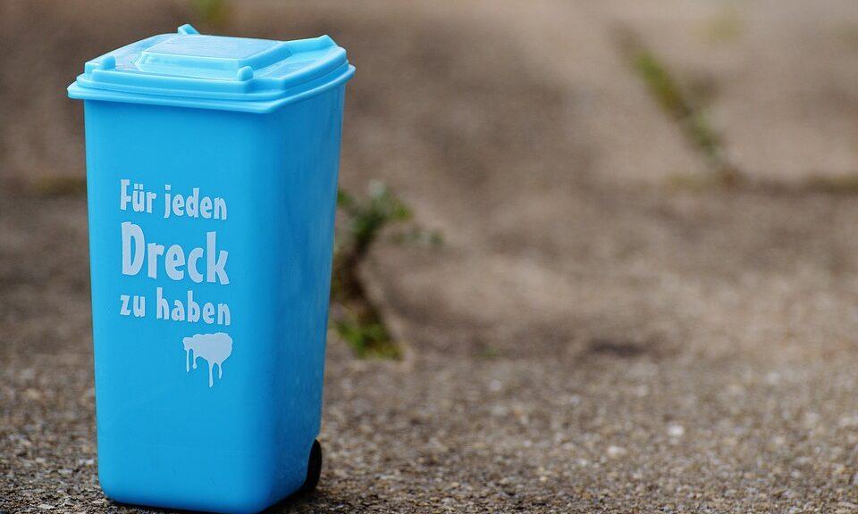 """Mülltonne mit Aufschrft """"Für jeden Dreck zu haben"""""""