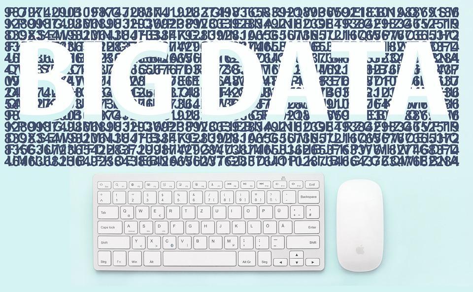 """Schriftzug """"Big Data"""" oberhalb einer Tastatur mit Maus"""